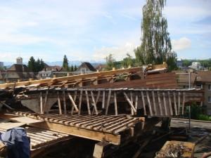 Dach-Teile sind demontiert und bereit zur Abfuhr