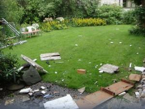Veloständer und Schutt im Garten
